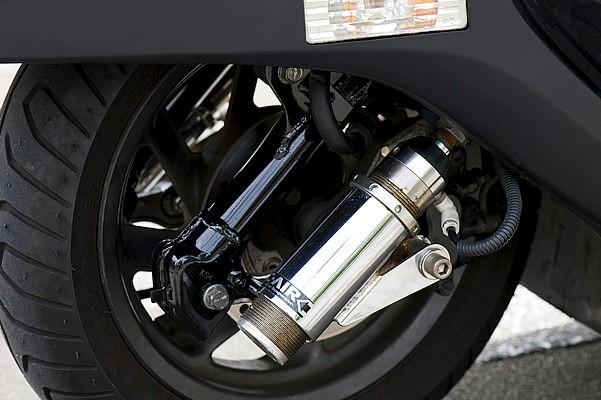 サスはaprのDC-AIR。フュージョンはフロントフォークの形状が特殊なため、通常の車種よりエアサス自体が高価である。しかし停車時は低く、乗る時は車高を上げバンクさせて走りたいなら断然エアサスだろう。