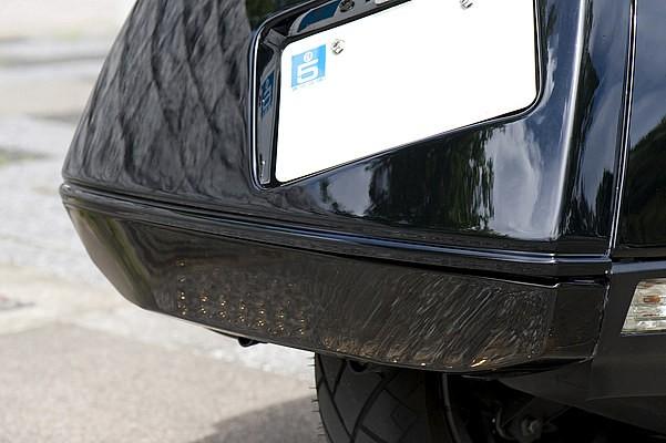 リアテールランプをオリジナルでダークスモーク塗装。ヘッドライトも併せてスモークにして、渋系の色合いを強めている。トーンダウンしたスモーク特有のイカツイ見た目もこの車両においてはベストな選択。