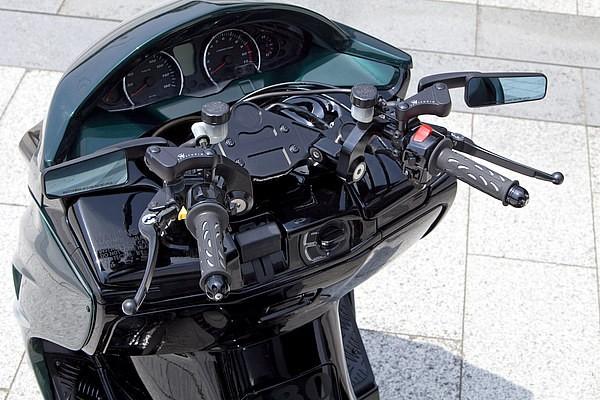 テックガレージエス4のセパハンキットを採用したハンドルまわり。マスターはタンク別体式にバージョンアップするなど、まるでスポーツバイクのような機能美が漂う。ミラーは絶大なる人気のステルスミラーだ。