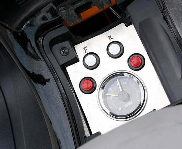 燃料タンクを移設し、もとのタンクカバーの中にはエアサスのスイッチとエアメーターをインストールした。余計なスイッチ類が外から見えないため、見た目もスッキリ。しかも使いやすいからなおGOOD。