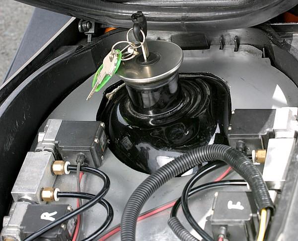 燃料タンクはトランク内部に配置している。シート下のトランクスペースは無くなってしまうものの、追い求める激低車高には最善の策だ。収納が無くなってもスタイルを優先する姿勢、これぞハードコアカスタム!