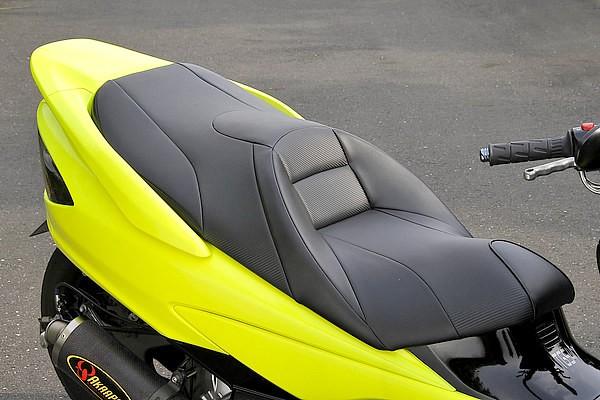 ライダーのヒップをすっぽり覆えるバケットタイプのシート。普通のバイクに比べて、ニーグリップが出来ないスクーターの弱点を補う、高いホールド性がウリ。車体と一体感が増せば、必然的に高速運転も安心だ。