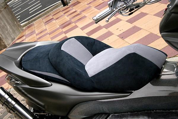 ビーランドオリジナルのシートは、アルカンターラの表皮でキメる。アルカンターラ特有の質感による高級感は、本革やエナメルよりも一枚ウワテだ。外側はブラック、内側はグレーのツートンカラーも凝っている。