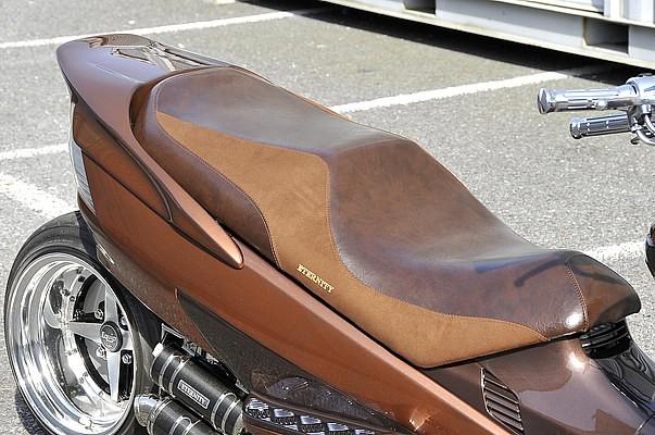 シートはロゴ入りの表皮に張替え済。濃いブラウンの部分には本革、薄いブラウンの部分にはアルカンターラをうまく使い分けている。これはカウルも同様で、より完成度を高めるなら同系の2色使いがオススメだ。