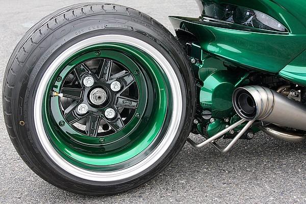 SSRの四輪車用ホイールを投入。これこそがエンジンスワップの恩恵なのだ。またボディとコーディネートした、ホイールインナーやエンジンのジェネレーターカバーのグリーンペイントのほか、マフラーも絶妙!