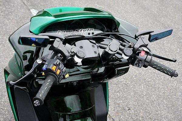 オリジナルのセパハンや他車種流用のスイッチBOX(エアサス制御など)を装着したハンドルまわり。ちなみにZOOMはスクーター用セパハンの第一人者でもあるのだ。コダワリのブラックアウトにも注目したい。
