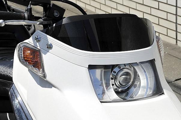 ストロベリー製プロジェクタータイプのヘッドライトに交換。ちなみにこの車両に装着している電飾のLEDはボディ全体に配置され、なおかつ光源が見えないように、カウルやフレームを加工するこだわりを見せる。