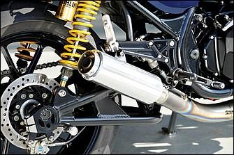 排気系は以前から装着していたエキパイに、ブライトロジック製テールパイプ+ショートサイレンサーを組み合わせた。タンデムステップを備えるステップもビトー製。リヤショックはオーリンズの前型36PRCLBを使う