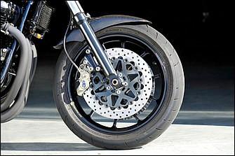 前後ホイールはマルケジーニ製アルミ鍛造品でサイズは3.00-17/4.00-17→3.50-17/5.50-17。タイヤはブリヂストンのストリート用ハイエンドモデル・BT-003 STREETを履く。サイズは[F]120/70-17・[R]180/55-17