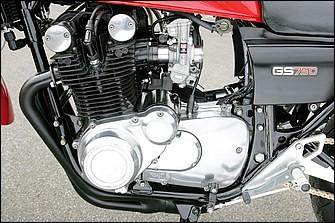エンジンはSTDを耐熱ブラックでリペイントしてリフレッシュ。ちなみにGS750は'77年の国内デビュー。スペックはボア×ストローク=65×56.4mmの748cc。当時のメーカー発表では68psを8500rpmで発揮した。この車両は'77年式で、翌'78年には星型キャストホイールを履いたGS750Eもラインナップされた