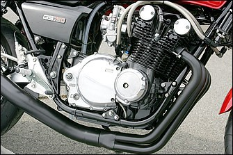 エンジンまわりのチューニングでは、吸排気系をTMRφ36㎜キャブレター+'70年代後期USヨシムラ製ストレート管に変更。NGK製プラグキャップ、ブラック仕様のアールズ製9インチ10段オイルクーラーコア、同配管取り回しなど。いかにも当時のスポーツバイクらしい雰囲気を醸し出しているところ
