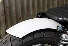 他モデルのフロントフェンダーをリアフェンダーとして取り入れた。ソロシートやリアタイヤとの相性バツグンのカスタム。
