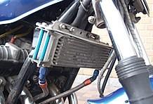 油温上昇を防ぐオイルクーラーも、空冷4気筒マシンの定番カスタムパーツだ。