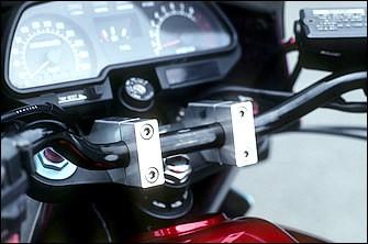 左のスピードメーターと&右のタコメーターを一体ボディに収めるメーターはZ1000RのSTD。アップライトなポジションを作るため、ハンドルバークランプは大きく手前に引かれている。アッパーブラケットがセパレートハンドル採用のGSX-R1100から流用しているため、このクランプ部も製作した上で取り付けられる。今でこそ見慣れた手法だが、当時はまだ一般化する過程にあった