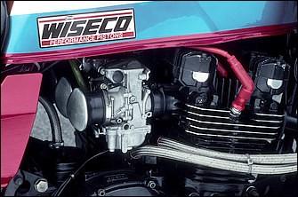 エンジンはワイセコφ(69.4→)74mmピストンでボアを拡大(ストロークは66mmのまま)、排気量は998→1135ccとなる。圧縮比は9.2→11:1にと、これも上げられている。カムシャフトはメガサイクル製で、オイルクーラーはサークスピードの9インチ13段を下入れ下出しでシンプルに配置している。EXはJ/Rなど後期型Zの定番、KERKERメガホンだ