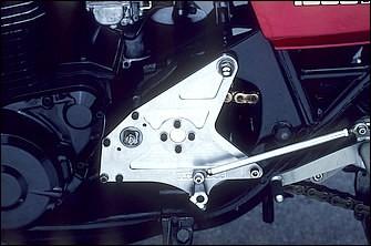 今でこそ当たり前に語られるようになったワイドホイールの装着にともなうチェーンラインのオフセットだが、ここでは15mmとオフセット量も多めのため、ドライブスプロケットシャフトを外側からもベアリング支持するコスマン製アウトボードベアリングサポートで対応。本来は強力なパワーを発揮するドラッグレース向けのパーツだ