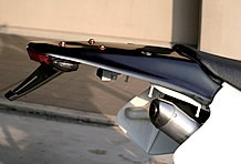 リアまわりは小ぶりたLEDライトと社外フェンダーに変更。サイレンサーも軽量なものになっている。