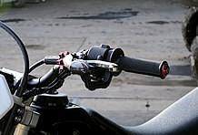 ハンドルはテーパータイプを選択。レバーもレーシーなピボットタイプショートレバーとなっている。