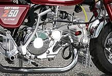 エンジンはデイトナが誇る最高峰DOHCボア&ストロークアップキットで124.9CC化。人気の二次側クラッチキットはカバー部をフルメッキ加工。奥に見えるPEφ28キャブもメッキ化される