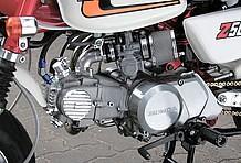 エンジンはHRボアアップキットで100cc化。ブリーザータペットキャップや、各カバー類もビレットタイプに変更される