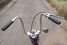 ハンドルはZファーザー製のおさんぽハンドルを装着。配線類は純正のインナースロットルを使用し、ハンドル内を通るように加工され、スイッチ類もシンプルなタイプに交換済み