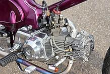 エンジンはカブ90をベースに武川製キットで105cc&強化クラッチを装備。ヘッドは同店によりポート加工済み。キャブは定番のヨシムラTM-MJNφ24を合わせてある。