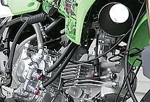 スーパーヘッド4バルブ178ccエンジンには、ミクニVMφ26キャブをあわせてある。178ccというと暴れ馬的な性格を想像するが思っている以上にマイルドで扱い易い