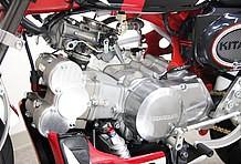 ツインカムヘッドながらコンパクトな設計なので、8インチにも装着できるのが一番の売りです。この車両は88ccですが、124ccもラインアップしています