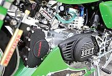 エンジンはSP武川製DOHCヘッドキットで124cc化。ジェネレーターカバーは、あんどんカブのノーマルをベースに、単車用のBEET製ロゴを移植し製作