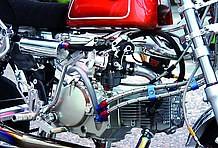 ヨシムラ製のTMR-MJNφ28キャブレターを装着。このブラックボディは羨望の眼差しで見られること間違い無し! ファンネルもヨシムラ製デュアルスタックだ