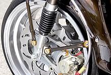 フロントブレーキは5.5Jホイールを履きながらもダブルディスク仕様。ブレーキング製のウェーブローターが存在感大きすぎ!