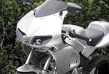 プロジェクターライトはPIAA製を使用。よく見ると左右で異なる形状のモデルをチョイスしている。ライトの凹み部分やミラーなどにはカーボンが使われている!