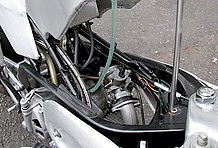 ワンオフのアルミタンクは前側からオープンさせることができます。特にキャブセッティング等のメンテナンス時には大活躍してくれる仕組みです