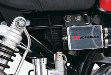 車体右側に装着されるのはユニバーサルタイプのオイルキャッチタンク。奥にはレーシングC.D.Iも装備