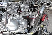 エンジンの中身は人気の武川製スーパーヘッド4V+Rを使用。キャブにはヨシムラ製TMR-MJNφ32キャブでデュアルスタックファンネルも装着。どこを見てもアルミパーツのオンパレードだ