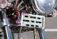 オイルクーラーが2個付けされているのはこの車両の注目ポイントとのこと。エンジン下側のコアはケースからで、ライト下のオイルクーラーは熱量が高くなるヘッド部分を直接冷やしているのです。
