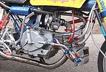 旧スーパーヘッドはエンジン下側にオイルクーラーをマウントできるのが特徴でもあり、それも人気の秘密!