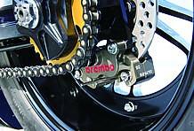 リアブレーキキャリパーはブレンボ製の削り出し4ポット。これ一つだけでモンキーのビレットフレームが買えてしまうほどのお値段なのだそうだ。このリアキャリパーを付けているミニバイクは世界で一台かも?