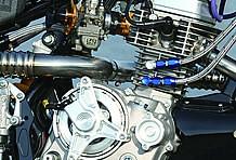 エンジンは武川製乾式クラッチ×クラウド製レリーズを合わせ、キャブはヨシムラ製TM-MJNΦ22ブラックアブソリュート