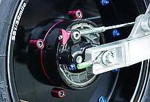 リアブレーキのパネルは大きく穴が開けられて、シューが丸見えになっていますよ!