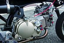 キャブは吸気ポートの向きに最適な角度で吸気を送り込めるダウンドラフトタイプのTDMRΦ32。ヘッド部のオイルラインは左右を繋いで冷却効果を上げているのだ