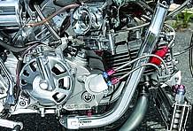 エンジンはもちろん、各部ホース類はすべてステンメッシュ化を受け、一部のアルマイトとハーモニーを奏でる。プラグコードまでもステンレスメッシュ仕様