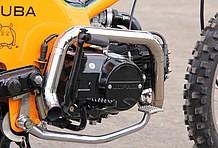 ブラックアウトされたエンジンを取り巻くようにデザインされたマフラー。こう見えて、インナーサイレンサーが内蔵されていて、うるさすぎず心地よいサウンドを奏でる