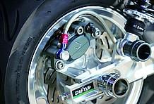 ブレーキキャリパーも同社削り出しの2ポットタイプを使用。取り付けピッチは84mmで、これはブレンボカニキャリパーと同寸法。カニキャリパーが取り付け可能なサポートならボルトオンです