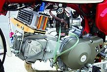 ヘッドカバーのZの刻印が印象的なエンジンはヨシムラ製ヘッドキットに、同社製TM-MJNキャブでパワーアップ済み。オイルクーラーはボアアップ車の必需品ですね