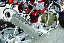 レーシーなアップタイプサイレンサーがポイントの、オリジナルモンキーミニGPレーシングマフラーを装備。性能もお墨付きです