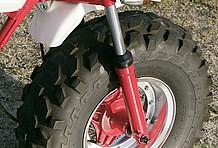 最大の注目ポイントがホイール&タイヤ。ホイールはGクラフト製10インチで、タイヤはダンロップ製ATV用を装着している