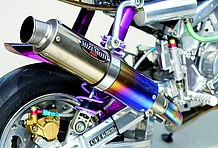 水本レーシング製エキゾーストはフルチタン!! そのビジュアルの美しさはもちろんのこと、軽量かつ高性能なのが魅力の逸品
