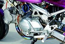 エンジンは武川製DOHCキットによってフル武装。キャブレターにはPEφ28を採用している。さらにアグラス製ステップもレーシーで◎!