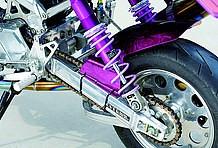 フレームと同じく、スイングアームにもオーヴァー製を選択。16cmロングで、車体を一回り大きく見せる。リアサスペンションはカヤバ製を装着